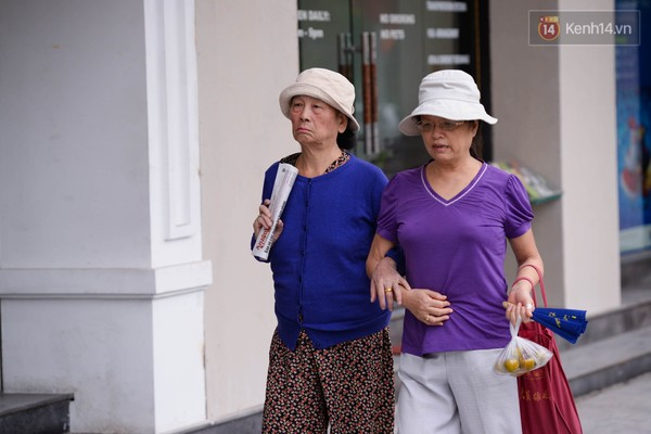 Các cụ già phải mặc áo ấm ra đường trên phố Đinh tiên hoàng