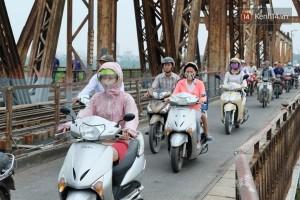 Nhiều người dùng áo tránh nắng làm áo ám khi qua cầu Long Biên