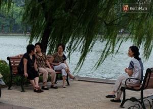 Các cu bà co ro trong cái lnhj tại Hồ Văn Quán