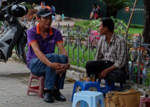 Hai người đàn ông ngồi trà đá và co ro với cái lanh đầu mùa