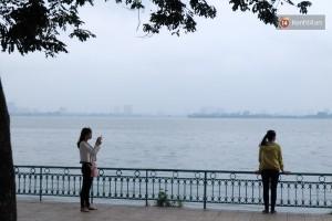 Các bạn trẻ tỏ ra khá thích thú khi đi qua Hồ Tây trong cơn gió lạnh đầu mùa