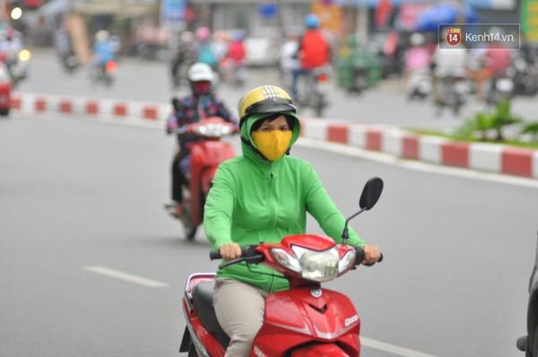 Buổi chiều khi không khí lạnh về mạnh nhiều người đã ra đường với áo ấm