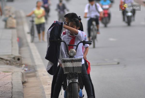 Các bạn học sinh trường Quang Trung khoác vội áo khoác khi tan học