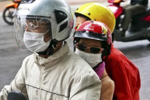 Một gia đình bịt kín khi tham gia giao thông