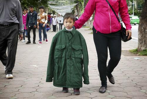 Hình anh vô cùng thú vi với 1 măc áo choàng người lớn trên đường Đinh Tiên Hoàng